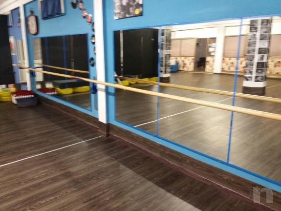 Sbarre per danza classica per 8 metri in due unita da 4 metri più tre supporti a parete regolabili . Pari al nuovo. Vero affare!! foto-14123