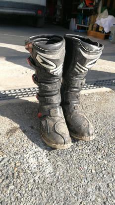 Casco, paglia pantaloni e stivali foto-33602