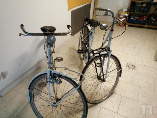 Coppia di biciclette da donna. foto-20056