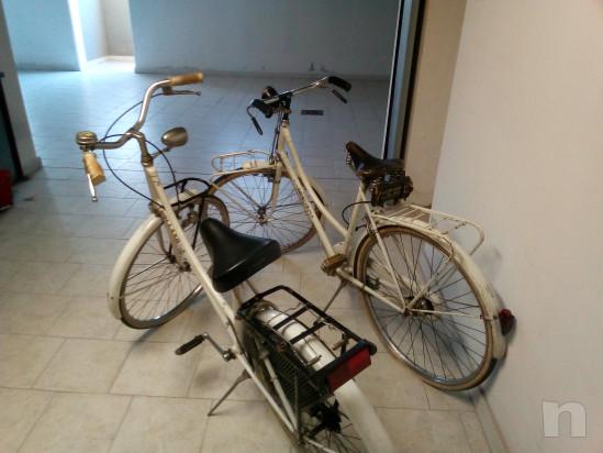 Coppia di biciclette da donna. foto-39119