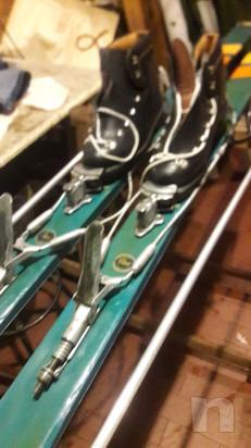 Coppia di sci in legno colorati con scarponi foto-40925