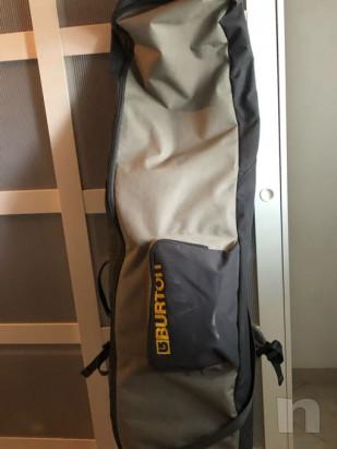Tavola burton castoM X nera, con attacchi limited edition e borsa porta snowboard, casco limit edition shon withe.  foto-43057