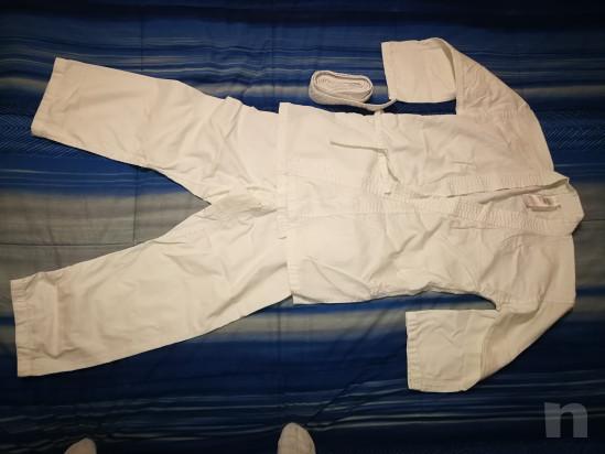 Kimono bianco per arti marziali con cintura per bambino altezza 130 cm.  foto-23376