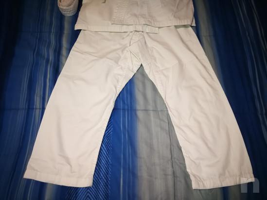 Kimono bianco per arti marziali con cintura per bambino altezza 130 cm.  foto-46247