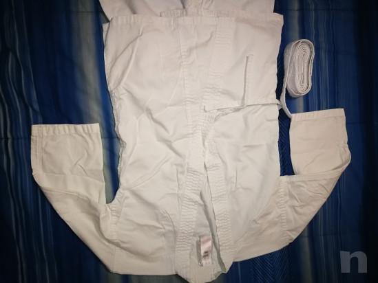 Kimono bianco per arti marziali con cintura per bambino altezza 130 cm.  foto-46246