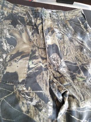 Due paia pantaloni uno a disegno fogliame ed uno mimetico foto-23498