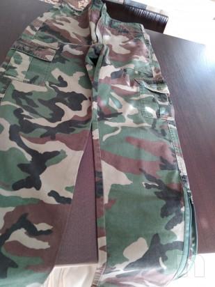 Due paia pantaloni uno a disegno fogliame ed uno mimetico foto-46508