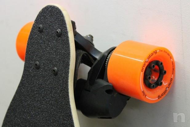 Skate Board Electrico Marca Potenziato Dual 2000w Caricato 22 mph Orangatang Nuovo foto-14991