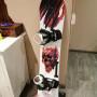 Tavola snowboard capita con attacchi e scarponi